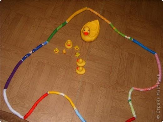 Мягкие палочки. Можно сделать из них цепочку, можно веревочки, дети лбят делать всевозможные браслеты на ноги и на руки, играют в папуасов. Дочь делает даже короны. Правда этот вариант подарен. фото 2
