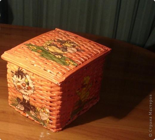 После первого не очень удачного опыта плетения из газетных трубочек, долго не могла взяться за новую работу. Но коробков из под чая набралось слишком много, а выкинуть их не позволяло недавно развитое плюшкинство. И вот я решила рискнуть.  Оба представленных здесь коробка были изначально предназначены для моих девчонок, а потому такая расцветка и такой рисунок для декупажа. Коробки сплетены из трубочек, скрученных из старых каталогов. Основа коробка: лве коробки из под чая.  фото 1