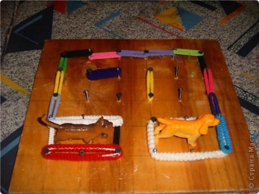 Мягкие палочки. Можно сделать из них цепочку, можно веревочки, дети лбят делать всевозможные браслеты на ноги и на руки, играют в папуасов. Дочь делает даже короны. Правда этот вариант подарен. фото 4