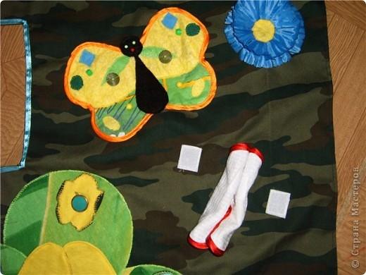 Решила пошить ребятишкам палатку. В качестве основы для домика будет использован стол. (80*60*75) Но ткань только камуфляж, и похож больше на штабик. решила каждую сторону приукрасить немного. Итак, первая сторона - полянка с насекомыми.  гусеница - апликация к которой можно прицепить ножки на липучку и цветочки на пуговки. Правда уж очень сильно усложнила себе работу - выкроила аж 11 пар лапок, и соответственно 11 цветочков. Все разные по цветам и к лапкам пришила разные бусинки и пуговки.  бабочки. Машут крылышками, но чтобы совсем не улетели пришила к основе и к задней стороне крылышек липучки. так что бабочка можест стать и куколкой.  Цветочки - взяла искуственные цветы и тупо пришила их к основе. Чтобы больше на полянку было похоже. Снизу два кармашка, чтобы детальки складывать. фото 3