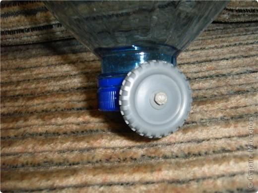 Пятилитровая бытылка, ручка от сломанной лопатки, шерстяные нитки для обработки края и пришивания ручки к тележке, шурупы и колесики. Вот и вся тележка фото 3