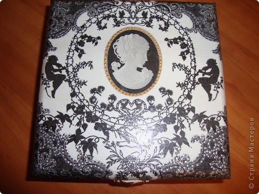Черно-белая шкатулка-использовала салфетку,лаки,кракелюрную пару Маймери №739 и №740,пасту серебряную для затирки трещин,белую и черную акриловые краски,лак-клей для декупажа и контуры-золотой и серебряный. фото 3