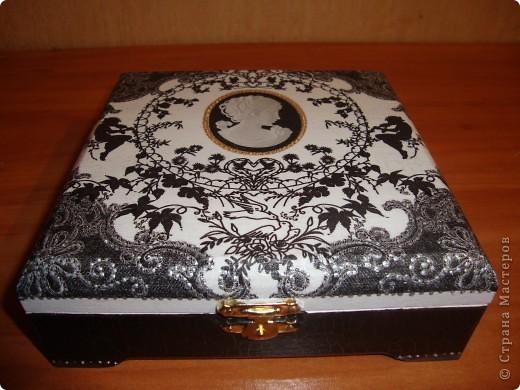 Черно-белая шкатулка-использовала салфетку,лаки,кракелюрную пару Маймери №739 и №740,пасту серебряную для затирки трещин,белую и черную акриловые краски,лак-клей для декупажа и контуры-золотой и серебряный. фото 1