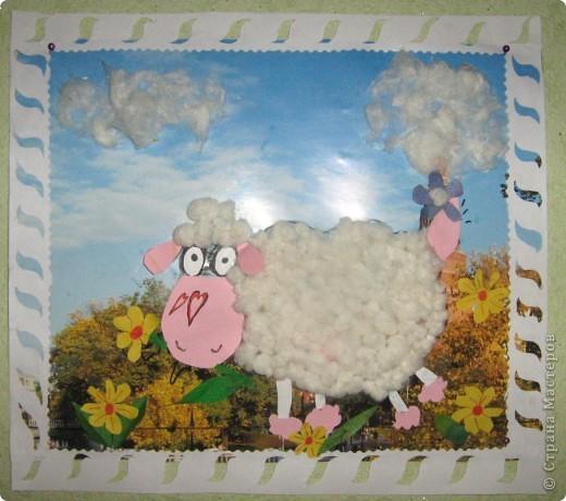 Вот такую пушистую овечку сотворил мой брат-первоклассник под моим руководством( над рамочкой страдала я).  Основа - календарь. Цветная бумага, ватные шарики, клей.