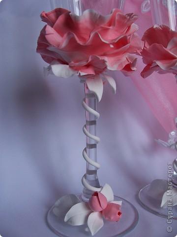 ну что могу сказать,заказчице не понравились на предыдущих бокалах ленты и она изволила заказать другие бокалы,т е вот эти. Ну не знаю похоже ли это на пион,ну ей понравилось,главное чтоб ей было хорошо,мне больше нравиться 1 вариант. Хотя эти тоже своеобразные ,по своему интересны,мужу ,кстати, эти бокалы из цветка понравились больше ,чем мои самые первые,которые я только пробовала делать для образца.Говорит что с белой ножкой лучше смотрится. понимаете,что на вкус и цвет точно товарищей нет))) фото 5