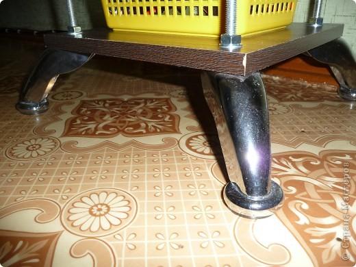 Материалы: 1. 4 шпильки высотой 1 метр, диаметром 10 мм; 2. 40 шайб - 10 мм; 3. 40 гаек - 10 мм; 4. 4 ножки для мягкой мебели; 5. 5 полок из МДФ Инструменты: 1. дрель; 2. Сверло перовое 10 мм; 3. Гаечный ключ. фото 4