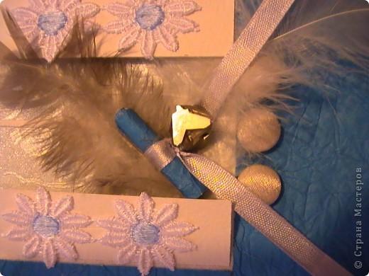 """Друзья мои ,я сегодня к Вам с радостью!!!        Я получила приз от Людочки Likmiass ,за игру ,которую она проводила здесь http://stranamasterov.ru/node/134357        Я так обрадовалась,что наговорила приятности почтальону,когда она мне принесла письмо . Открывала его под крики девчонок :что там? .Что там?.... Вскрыла конверт и первой увидела вырезалочку.Она смотрится даже лучше ,чем через экран! Другой конвертик был плотно запечатан.И Люда даже пошутила по этому поводу.Я не хотела сразу открывать его,а сохранить интригу еще хоть чуть-чуть.Хоть нетерпение и брало верх.Вскрывала практически под бой барабанов в груди.Там было много всего.И разные записочки.Я так люблю ,когда много бумажечек с записями!Я еще несколько раз заглядывала в конверт.Вдруг еще одна где-то зацепилась.И перетрусила все салфеточки в поисках.        А ждала меня специально, для меня сделанная открыточка.Для меня еще никто не делал,поэтому это было так трогательно.Как всегда то, что в первый раз. Открыточка называется """"Вам письмо''.  Я сижу у окошка и жду письмо.Оно ко мне и прилетело,в этом ему помогли перышки.  там синенький свиток ,запечатанный уральским камушком -Перитом.  Я таких еще не видела.... фото 3"""