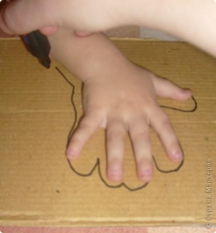 Нам потребуется: клей ПВА,маркер,кисть, нитки любого цвета,картон и несколько пуговиц(нет на фото) фото 2