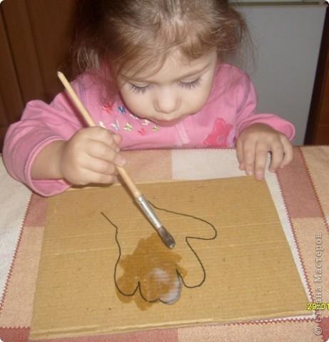 Нам потребуется: клей ПВА,маркер,кисть, нитки любого цвета,картон и несколько пуговиц(нет на фото) фото 3