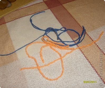 Нам потребуется: клей ПВА,маркер,кисть, нитки любого цвета,картон и несколько пуговиц(нет на фото) фото 4