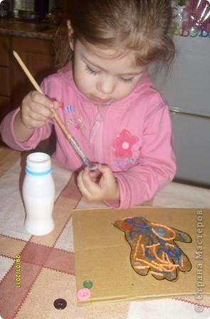 Нам потребуется: клей ПВА,маркер,кисть, нитки любого цвета,картон и несколько пуговиц(нет на фото) фото 7