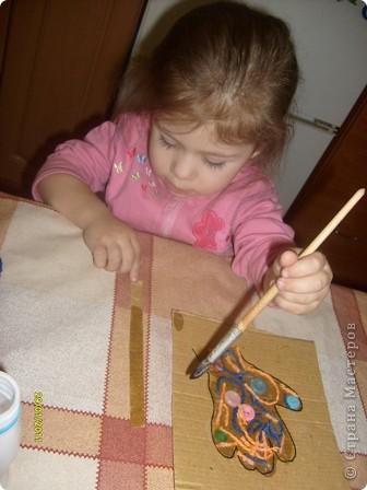 Нам потребуется: клей ПВА,маркер,кисть, нитки любого цвета,картон и несколько пуговиц(нет на фото) фото 9