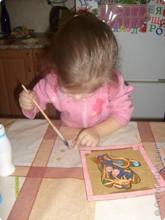 Нам потребуется: клей ПВА,маркер,кисть, нитки любого цвета,картон и несколько пуговиц(нет на фото) фото 10
