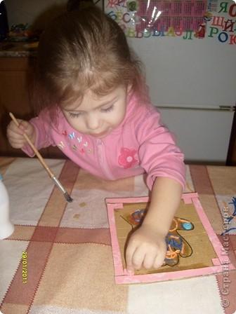 Нам потребуется: клей ПВА,маркер,кисть, нитки любого цвета,картон и несколько пуговиц(нет на фото) фото 11