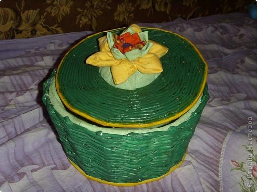 Сделала первую шкатулочку,не очень конечно получилась,да и фото не передало как следует изделия.Была коробка из под торта,пластиковая,вот и оплела ее,а сверху цветок из ткани выполнен из кружков,техника выполнения здесь есть у кого то, посадила цветок на крышку из под мороженного в пластиковом стаканчике.Край покрасила у шкатулки под тон цветка желтым.Строго не судите,это моя первая работа по плетению.