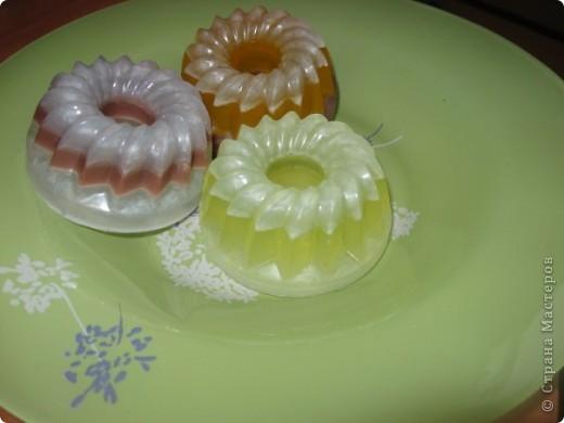 ну...не совсем первое, полкило мыльной основы к тому времени уже было использовано. Базовое масло - персиковое, масло облепихи, масло хлорофиллипта. ЭМ апельсина и ЭМ пихты сооветственно цветам фото 4