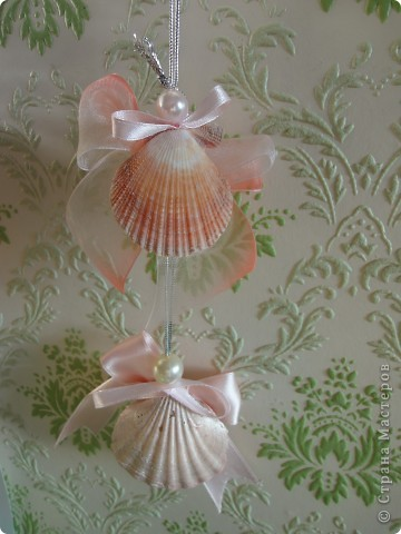 Ангелочки собраны из покрашенных и непокрашенных ракушек, бантиков из ленточек, бусинок. фото 2