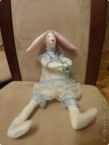 Моя дочка захотела сшить для своей подруги к Новому Году зайца. Мне пришлось перерыть некоторое количество сайтов, посвященных Тильдам. Зайца пошили по образцу игрушек Тильда, но по своей выкройке. Выкройки для одежды я тоже рисовала сама, как умела. фото 2
