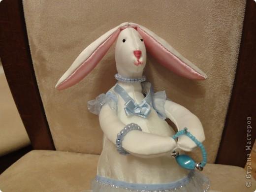 Моя дочка захотела сшить для своей подруги к Новому Году зайца. Мне пришлось перерыть некоторое количество сайтов, посвященных Тильдам. Зайца пошили по образцу игрушек Тильда, но по своей выкройке. Выкройки для одежды я тоже рисовала сама, как умела. фото 1
