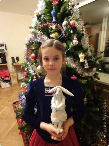 Моя дочка захотела сшить для своей подруги к Новому Году зайца. Мне пришлось перерыть некоторое количество сайтов, посвященных Тильдам. Зайца пошили по образцу игрушек Тильда, но по своей выкройке. Выкройки для одежды я тоже рисовала сама, как умела. фото 3