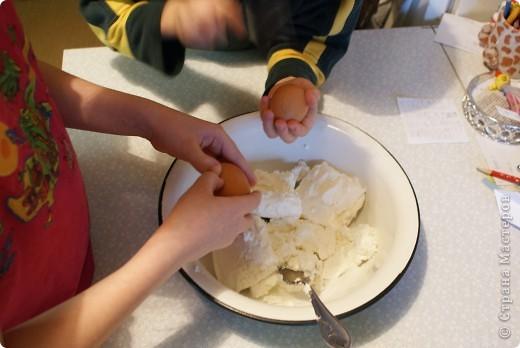 Мои дети очень любят творожную запеканку, и мы решили показать, как мы ее делаем. Делали в основном дети, я только руководила и контролировала. фото 4