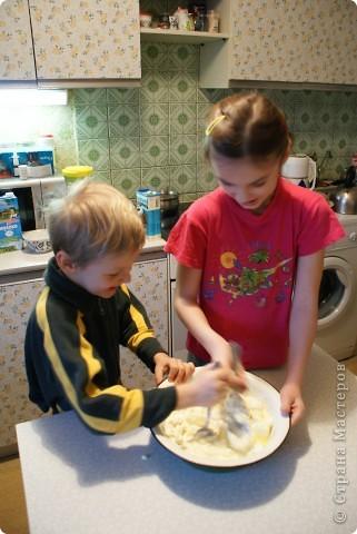 Мои дети очень любят творожную запеканку, и мы решили показать, как мы ее делаем. Делали в основном дети, я только руководила и контролировала. фото 6