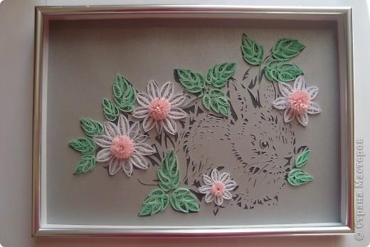 Это мой зайчик в цветочках. Вытынанка (вырезание) + квиллинг. Думала сделать к новому году , но времени не хватило. Так что сделала как раз к китайскому новому году Кролика.))) фото 1
