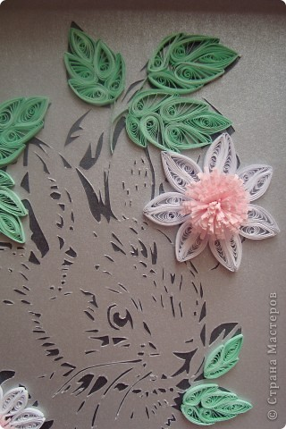 Это мой зайчик в цветочках. Вытынанка (вырезание) + квиллинг. Думала сделать к новому году , но времени не хватило. Так что сделала как раз к китайскому новому году Кролика.))) фото 3