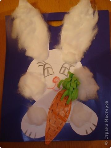 Наш любимый зайчик! Сам зайчик из бумаги чертежной.На ушки, лапки и щечки клеили вату. Ну а морковка из самоклеющейся бумаги. фото 1