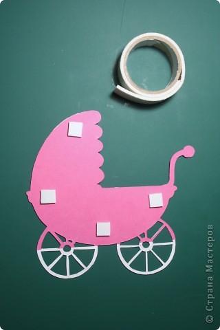 """Здравствуй, Малышка! Эта открытка выполнена в нескольких техниках: вырезание, объёмная аппликация.  Использовано: картон цветной двусторонний (""""Для детского творчества""""), картон с рисунком, бумага для графических работ, двусторонний толстый скотч. фото 5"""