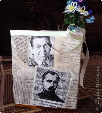 Пришла идея сделать коробочку на стол, чтобы ничего не пропало.  Коробку обклеила рукописями великих  писателей Беларусии (состарила распечатку с помощью кофе). Вырезала фото писателей и в технике декупаж наклеила на коробку. По краю коробки  ленты.  фото 1