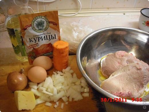 Вам понадобится-куриный фарш(500гр.),яйца 2 шт.,лук 3 шт..приправа для курицы,растительное масло,морковь,панировочные сухари,долька честнока,замороженая зелень(можно любую другую),сыр 50-100 гр.,перец,соль. фото 1