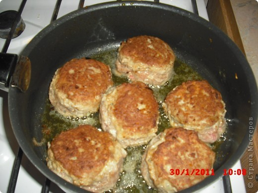 Вам понадобится-куриный фарш(500гр.),яйца 2 шт.,лук 3 шт..приправа для курицы,растительное масло,морковь,панировочные сухари,долька честнока,замороженая зелень(можно любую другую),сыр 50-100 гр.,перец,соль. фото 7