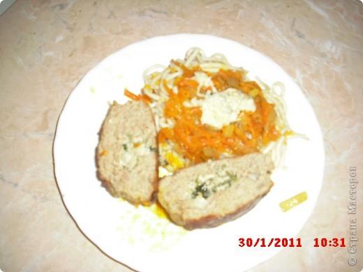 Вам понадобится-куриный фарш(500гр.),яйца 2 шт.,лук 3 шт..приправа для курицы,растительное масло,морковь,панировочные сухари,долька честнока,замороженая зелень(можно любую другую),сыр 50-100 гр.,перец,соль. фото 9