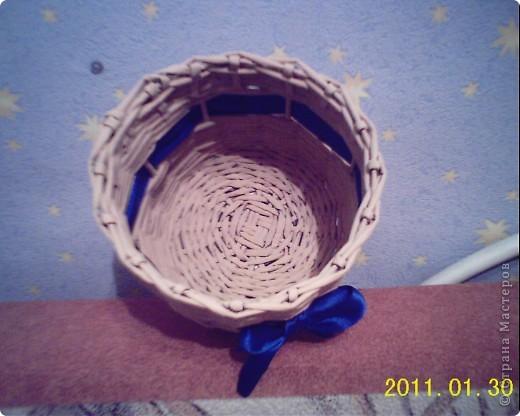 Мне очень хотелось сплести круглую шкатулку с крышкой, а мой сын просил сплести корзинку с ленточкой, и вот что получилось при объединении наших желаний. фото 2