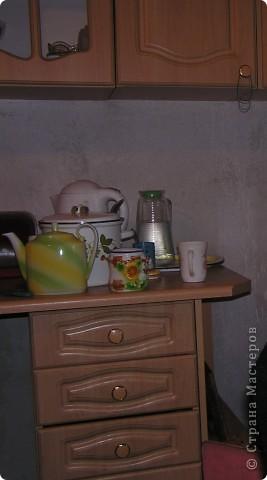 Вот решила показать антикризисный способ обновить кухонный интерьер.  Все началась с того, что мы несколько лет назад переехали в новую квартиру. Своей мебели не было совсем. А замечательные бывшие хозяева оставили нам в наследство старый кухонный гарнитур.  фото 3