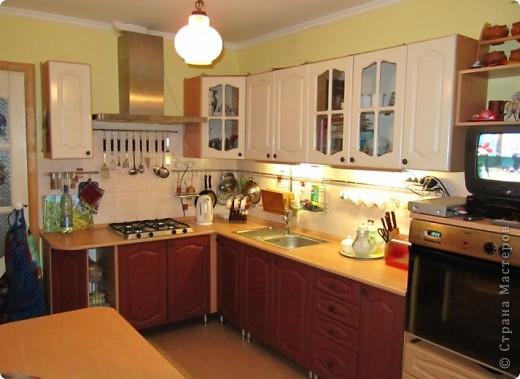 Вот решила показать антикризисный способ обновить кухонный интерьер.  Все началась с того, что мы несколько лет назад переехали в новую квартиру. Своей мебели не было совсем. А замечательные бывшие хозяева оставили нам в наследство старый кухонный гарнитур.  фото 1