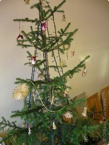 В этом году свою лесную красавицу нарядила исключительно новогодними игрушками из соломки. фото 3
