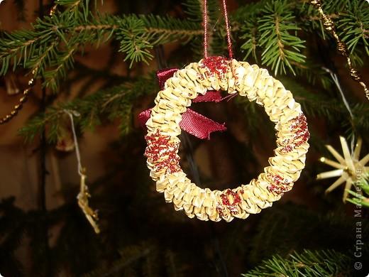 В этом году свою лесную красавицу нарядила исключительно новогодними игрушками из соломки. фото 7