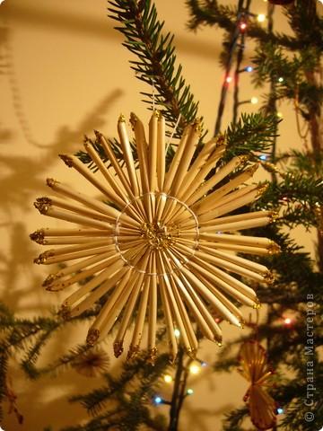 В этом году свою лесную красавицу нарядила исключительно новогодними игрушками из соломки. фото 8