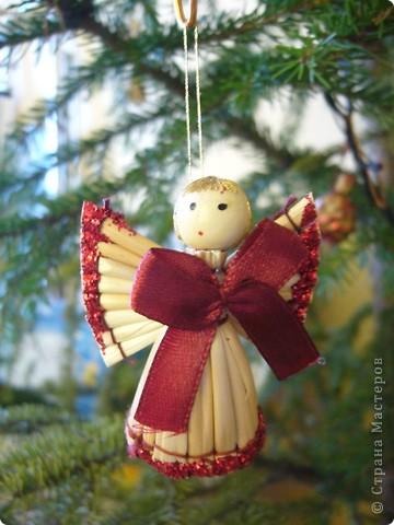 В этом году свою лесную красавицу нарядила исключительно новогодними игрушками из соломки. фото 5