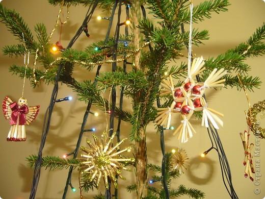 В этом году свою лесную красавицу нарядила исключительно новогодними игрушками из соломки. фото 10