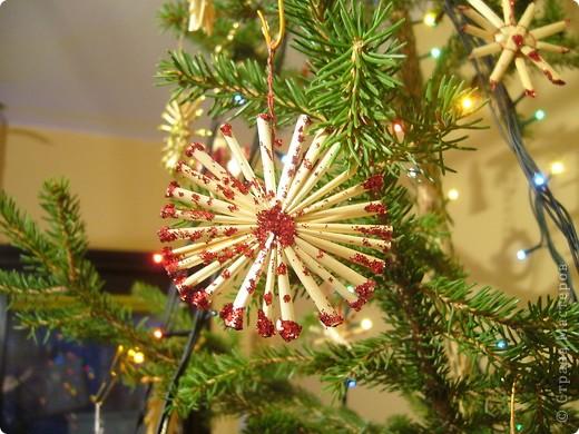 В этом году свою лесную красавицу нарядила исключительно новогодними игрушками из соломки. фото 9