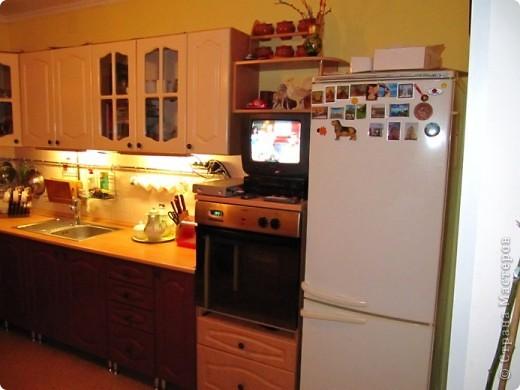 Вот решила показать антикризисный способ обновить кухонный интерьер.  Все началась с того, что мы несколько лет назад переехали в новую квартиру. Своей мебели не было совсем. А замечательные бывшие хозяева оставили нам в наследство старый кухонный гарнитур.  фото 4