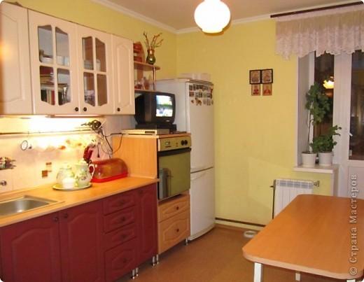 Вот решила показать антикризисный способ обновить кухонный интерьер.  Все началась с того, что мы несколько лет назад переехали в новую квартиру. Своей мебели не было совсем. А замечательные бывшие хозяева оставили нам в наследство старый кухонный гарнитур.  фото 5