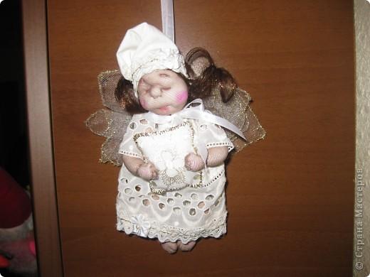 Сплюшку дочка назвала Энджл.Как я не старалась,но подушечку Энджл держать не хотела,а вот свечку сразу ухватила! фото 2