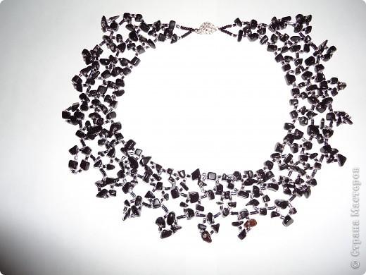 Колье по арифметическом принципу , взят серебрянный бисер, черный стеклярус и скол Гагата. фото 2