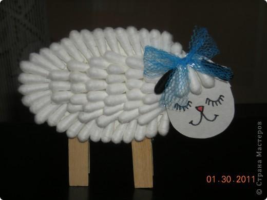 На одном из сайтов нашла оригинальную поделку овечки из ватных палочек и конечно удержаться несмогла-выполнила,но внесла небольшие изменения,на мой взгляд очень удачные. фото 1