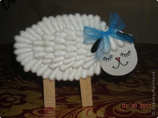 На одном из сайтов нашла оригинальную поделку овечки из ватных палочек и конечно удержаться несмогла-выполнила,но внесла небольшие изменения,на мой взгляд очень удачные. фото 9