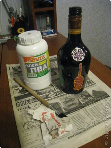 Бутылку моем, очищаем от этикеток. в моем случае на ней неудачная недоделка.  ПВА, газета, кисть. фото 1